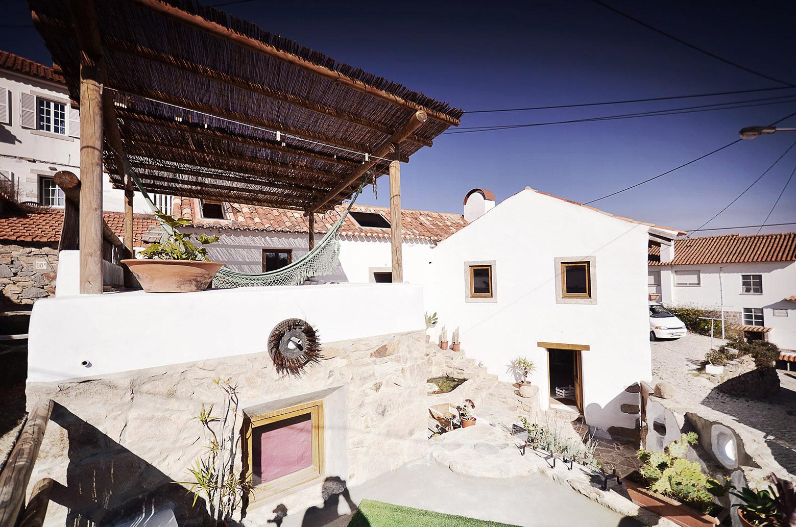 Hug Shaped House / Pedro Quintela (23)