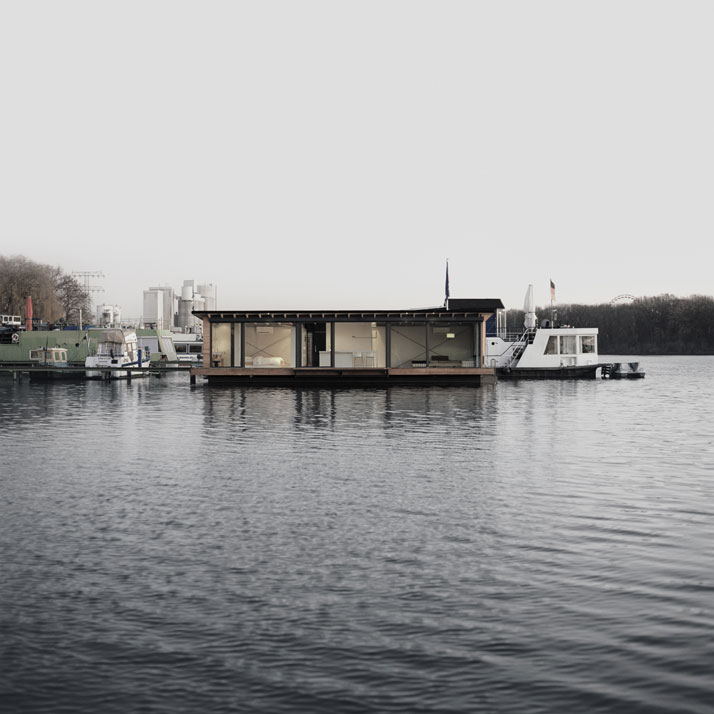 Modern Houseboat in Berlin / Welcome Beyond