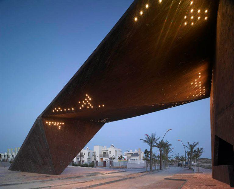 La Puerta de la Tierra Cálida / Clavel Arquitectos