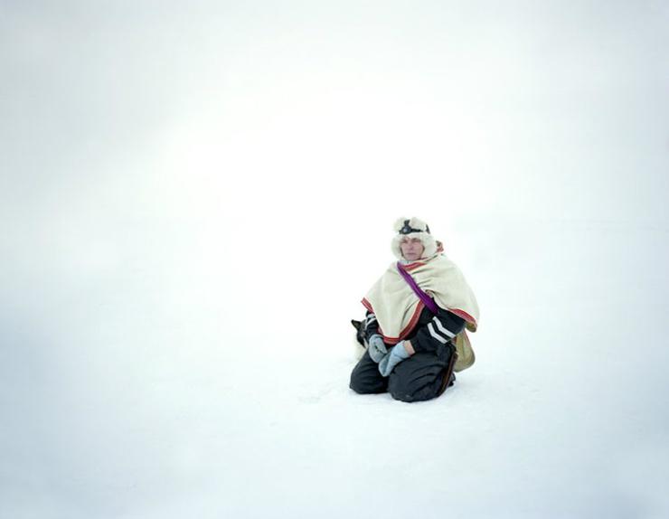 photographie erika larsen sami walking with reindeer