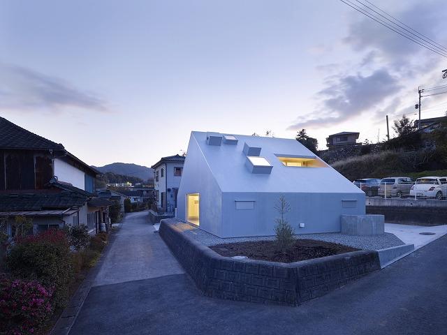 Cloudy House / Takao Shiotsuka