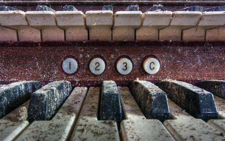 Pianos / Timothy Neesam